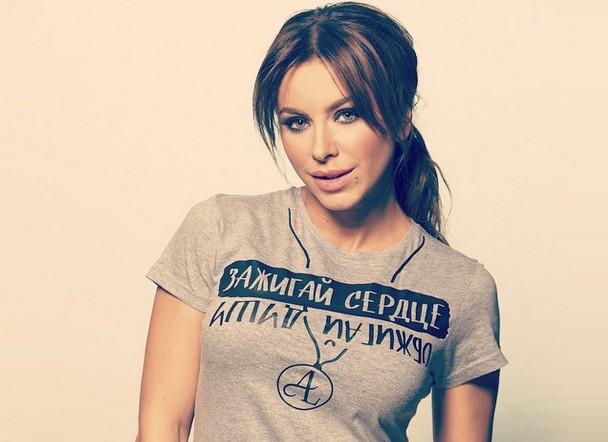 Ани Лорак  с принтом надписи на футболке