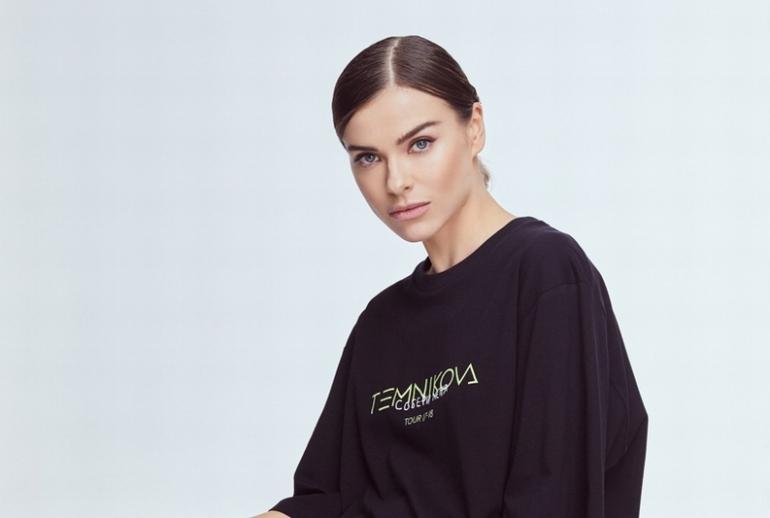 Елена Темникова с принтом на свитшоте